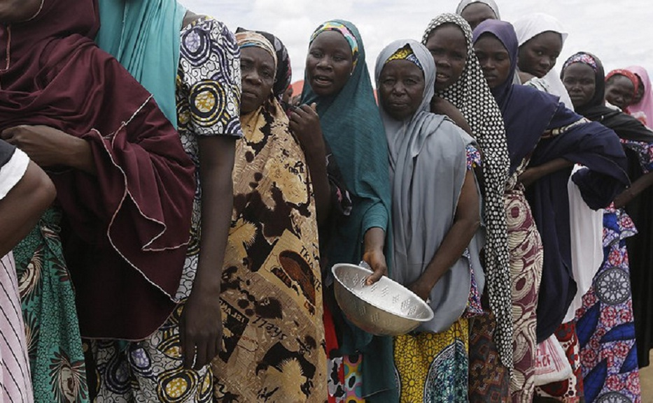 Nigerians queuing for food